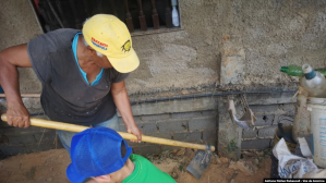 Venezolanas trabajan la tierra para llevar a sus hogares los alimentos que no pueden comprar